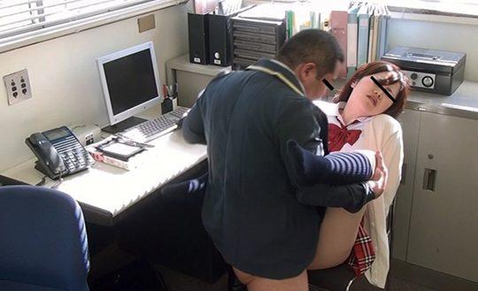 Segretaria pulisce in ufficio - 4 7